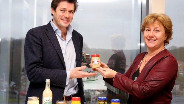 Fabienne Bister et Arthus de Bousies Lors de la vente de la moutarderie Bister à Natura. (C) l'Echo.be